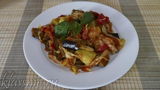 Овощное рагу с баклажанами, кабачками и капустой