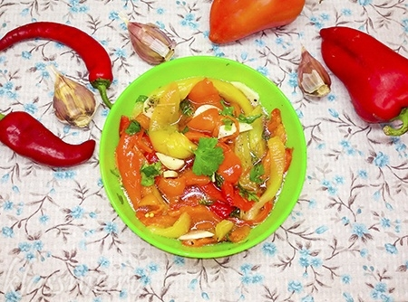 Маринованные овощи на тарелке
