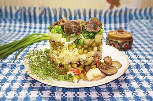 """Салат """"Грибная поляна"""" с маринованными грибами: рецепт с фото"""