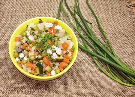 Постный оливье с горошком, огурцами и морковью