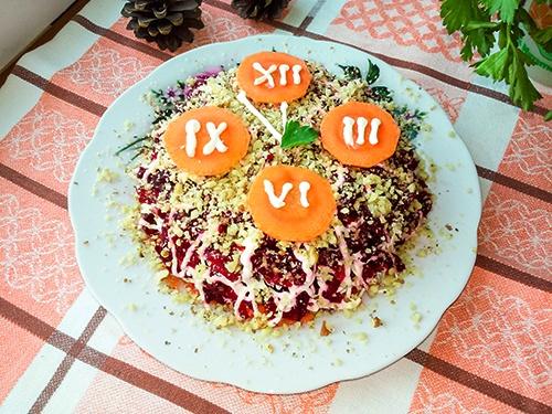 Салат со свеклой и сыром, чесноком и грецкими орехами