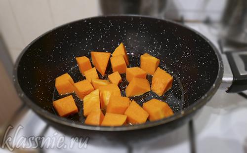 Овощи на сковороде на масле