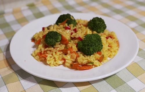 Рис с брокколи и овощами на сковороде
