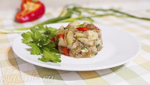 Салат из печеных баклажанов и перцев с чесноком и зеленью