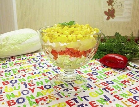 Слоеный салат с ананасами в креманке