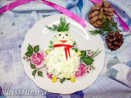 Снеговик из сыра и ананасов
