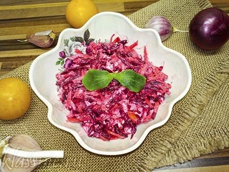 Салат из свеклы с чесноком, майонезом и сыром