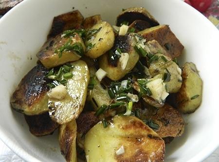 Картофель на гриле на углях