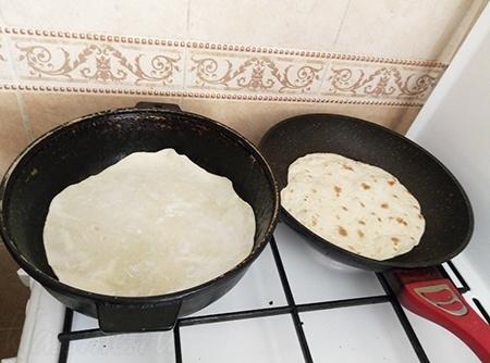 На сковороде