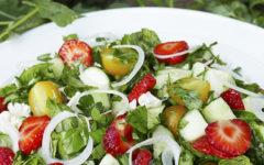 Салат с клубникой и базиликом, зеленью и овощами