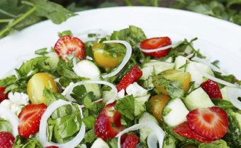 Салат с клубникой и черри