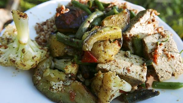 Тофу с овощами и гречневой кашей