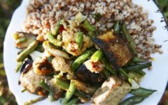 Жареный тофу с гречкой и сезонными овощами
