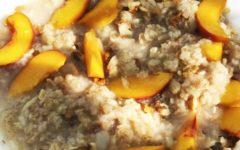 Овсянка на воде с персиками и орешками