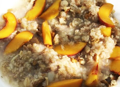 Овсянка на воде без сахара: с персиками и орешками