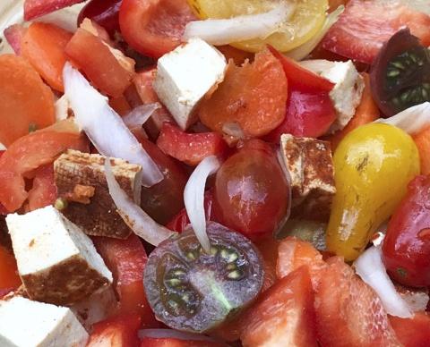 Салат с тофу и помидорами, морковью и салатным луком