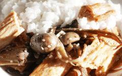 Жареная соевая спаржа с грибами и кунжутным соусом