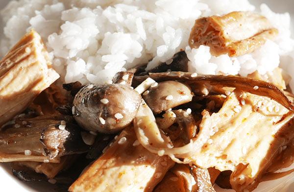 Жареная соевая спаржа с грибами, чесноком и кунжутом на сковороде