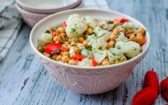 Салат из цветной капусты с нутом и оливками