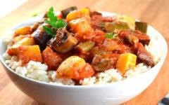 Овощное рагу с рисом и кабачками в густом томатном соусе