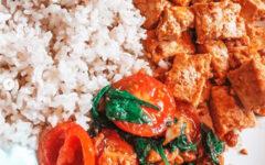 Тофу с рисом, помидорами и шпинатом