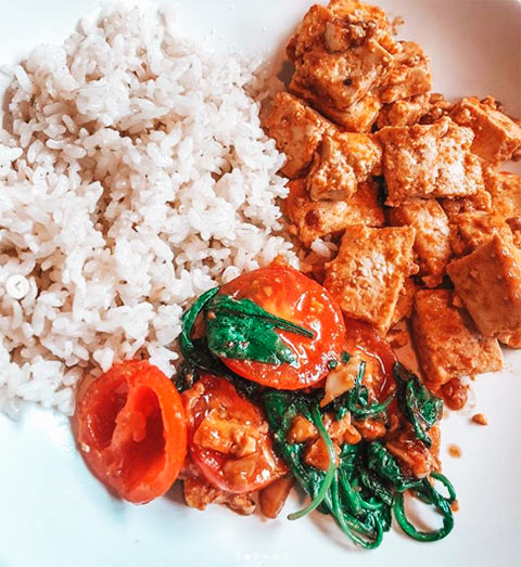 Тофу с рисом и помидорами